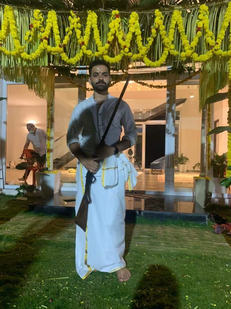 'ಸೈಬರ್ ಯುಗದೋಳ್ ನವ ಯುಗ ಮಧುರ ಪ್ರೇಮ ಕಾವ್ಯಾಂ' ಸಿನಿಮಾ ಮೂಲಕ ಕನ್ನಡ ಚಿತ್ರರಂಗಕ್ಕೆ ಪಾದಾರ್ಪಣೆ ಮಾಡಿದ ನಟ ಗುರುನಂದನ್.