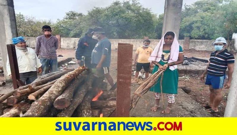 Daughter Perform Last Rites of Father Funeral at Ankola in Uttara Kannada grg