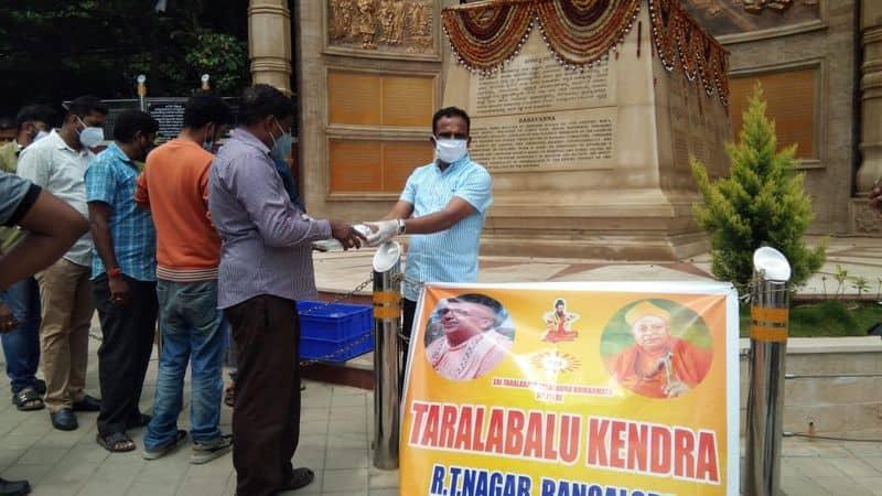 Taralabalu Kendra  Distributes Food to COVID Warriors at bengaluru rbj
