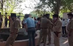 <p><strong>झांसी (Uttar Pradesh) &nbsp;।</strong> शराब पीने के आदी शख्स ने खौफनाक कदम उठाया। अपने दो बच्चों को नए कपड़े दिलाने के बहाने घर से बाहर ले गया, फिर ईंट से सिर कूचकर दोनों के शव कुएं में फेंक दिया। इसके बाद खुद का गला रेतकर कुएं में कूद गया। सोमवार को सूचना मिलने पर पुलिस मौके पर पहुंची और तीनों शव को कुएं से बाहर निकलकर कार्रवाई में जुट गई। यह घटना मऊरानीपुर थाना क्षेत्र से एक दर्दनाक खबर सामने आई है।</p>