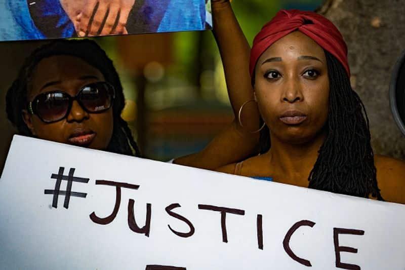'Black lives Matters' എന്ന ഹാഷ് ടാഗില് ലോകമെങ്ങും നിറത്തിന്റെ അടിസ്ഥാനത്തില് മനുഷ്യനെ വേര്തിരിക്കുന്നതിനെതിരെ ശക്തമായ പ്രതിഷേധങ്ങള് ഇരമ്പി.