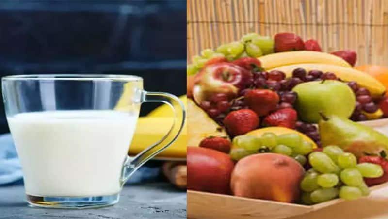 <p><strong>दूध-फल</strong><br /> लोगों को स्वीट डिश में फ्रूट कस्टर्ड खाना बहुत पसंद होता है। जिसे बनाने के लिए दूध और फलों का यूज होता है। हालांकि, दूध के साथ कभी भी फलों का सेवन नहीं करना चाहिए, क्योंकि दूध में मौजूद कैल्शियम फलों के एंजाइम्स को सोख लेता है। जिससे फलों से मिलने वाला पोषण शरीर को नहीं मिल पाते हैं।&nbsp;</p>