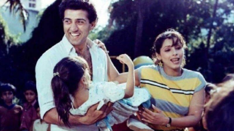 बता दें कि पति से अलग होने के बाद डिंपल के जीवन में सनी देओल आए। सनी ने उनके साथ कई फिल्मों में काम किया। दोनों की जोड़ी ऑनस्क्रीन हिट साबित हुई। असल जिंदगी में भी दोनों के बीच नजदीकियां बढ़ने लगीं और उनके अफेयर की खबरें सामने आने लगी।