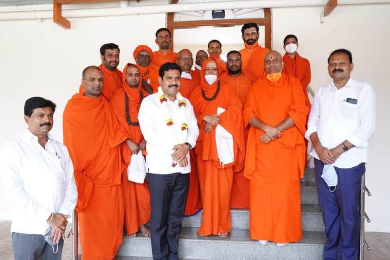 ಸಮುದಾಯದ ಪ್ರಮುಖ ಮಠಗಳಿಗೆ ಎಡತಾಕುತ್ತಲೇ ಇದ್ದಾರೆ ಬಿಎಸ್ ವೈ ಪುತ್ರ