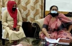 <p><strong>अलीगढ़ (Uttar Pradesh) ।</strong> यूपी राज्य महिला आयोग की सदस्य मीना कुमारी ने नाबालिक लड़कियों को लेकर विवादित बयान दिया है। हालांकि वो अपने इस बयान पर अडिग हैं और दावा करती हैं कि उन्होंने कोई गलत नहीं कहा है। उनका मानना है कि मोबाइल से लड़कों से बात करने के दौरान ही लड़कियां घर से भाग जाती हैं। इसलिए अभिभावकों को अपनी बेटियों को मोबाइल फोन नहीं देना चाहिए।</p>