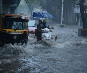 due to heavy rain waterlogged in many area yellow alert issued in Kolkata bmm