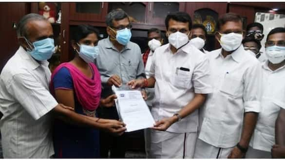 The young woman who gave the gold chain to the Chief Minister's relief fund .. MK Stalin who bought the job as told ..!
