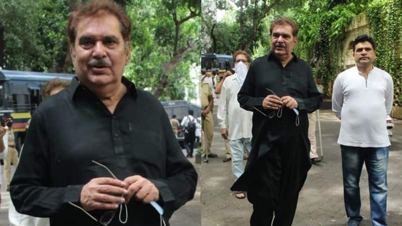 रजा मुराद दिलीप साहब के अंतिम दर्सन करने पहुंचे। इस मौके पर उन्होंने काले रंग का पठानी सूट पहन रखा था।