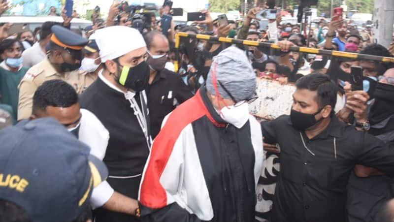 जैसे ही दिलीप साहब के अंतिम दर्शन करने अमिताभ बच्चन और अभिषेक बच्चन पहुंचे भीड़ के साथ ही कैमरामैन ने उन्हें चारों ओर से घेर लिया।