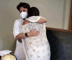 imarti devi became emotional after meeting jyotiraditya scindia and hugged each other pwa