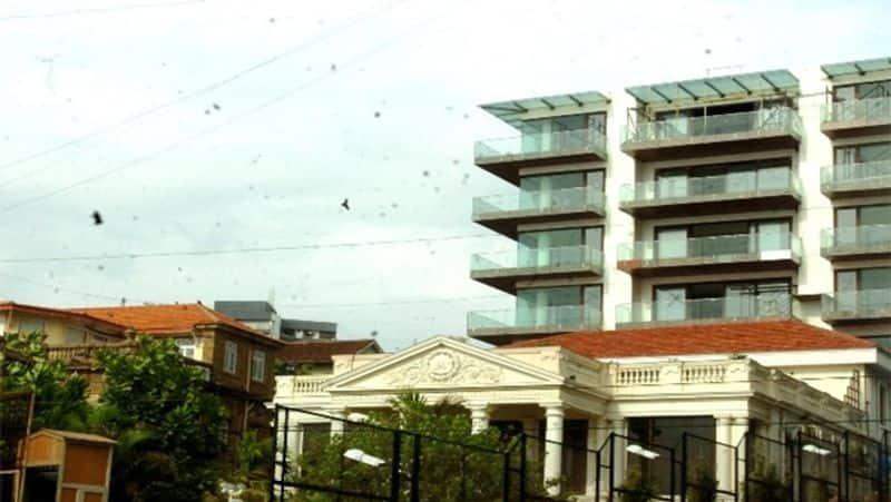मन्नत - 200 करोड़ बॉलीवुड सुपरस्टार शाहरुख खान का घर मन्नत देश के सबसे आलीशान घरों में से एक माना जाता है। यह मुंबई के बांद्रा इलाके में स्थित है और इसकी कीमत 200 करोड़ रुपये है।