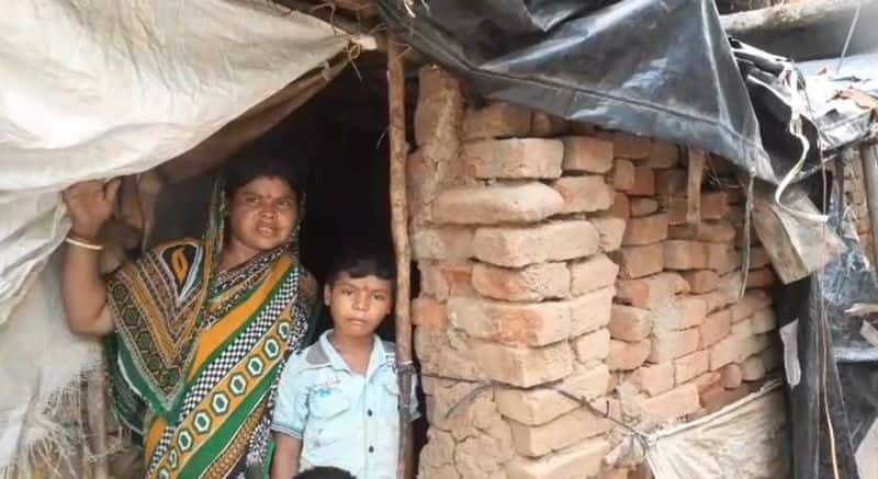 poor couple lived in a broken house in Purulia bmm