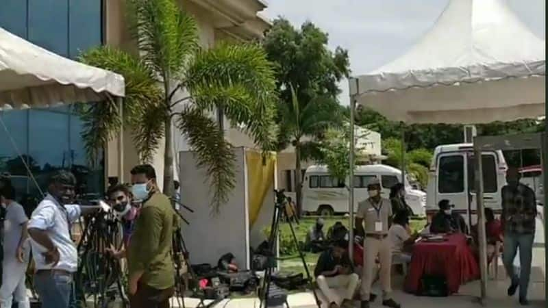 Reporters scorched in the sun for many hours .. officials who did indifference.