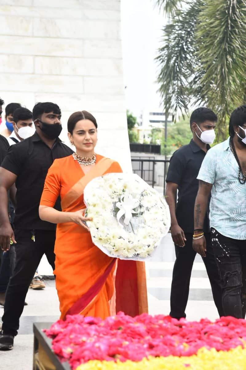 Thalavi actress Kangana pays homage to jayalalitha  with a flower ring at her memorial