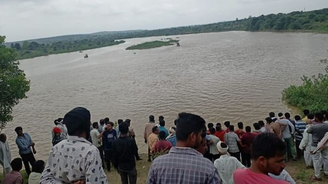 Boat overturned in Amaravathi district of Maharashtra 11 of a same family died pod