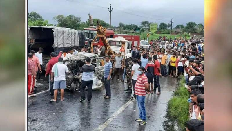 Jharkhand accident between car and bus in Ranchi killed many people