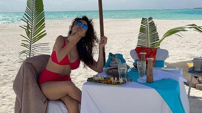 किन्नर बहू ने लाल बिकिनी में समुंदर किनारे लगाई आग, अपनी कातिलाना अदाओं से  किया सभी को घायल, PHOTOS | rubina dilaik flaunts her curves in red bikini  actress enjoying vacation with