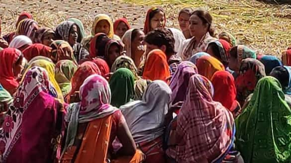 UP Election 2022, Priyanka Gandhi launched Congress Pratigya Yatra, she was seen interacting with women seating in farm